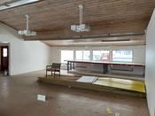 Rommet har store vindusflater som slipper inn godt med naturlig lys.