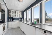 Godt med vinduer på kjøkkenet. Her er det hyggelig å se ut mens man lager mat.
