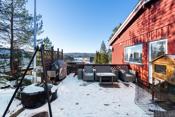 Fra terrassen og hagen nedenfor er det flott utsikt over nærområdet og man kan skimte Pollevannet fra boligen.