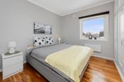 Boligen har to gode soverom. På hovedsoverommet er det god plass til dobbeltseng, nattbord og stor garderoberekke.