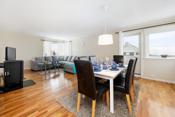 Stuen har god plass for sofamøblement, TV-seksjon og spisestue. Fra stuen er det utgang til den solrike balkongen på ca. 9 kvm