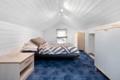 Det ene rommet er i dag benyttet som soverom. Rommene tilfredsstiller likevel ikke dagens krav til å benytte som soverom og har ikke målverdig areal i flg. takstmann.