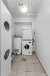 Vaskerom med opplegg for vaskemaskin og tørketrommel.