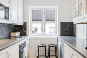 Lyst og hyggelig kjøkken med hvitevarer