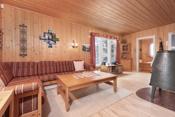 Romslig stue med plass til en stor sofakrok, spisestuemøbler m.m.