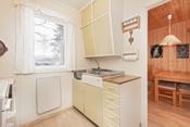 Koselig eldre kjøkken med lys innredning.