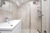 Lekkert baderom med gulvvarme og moderne fliser.