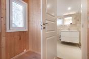 Inngang til nyere baderom.