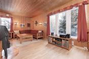 Store vindusflater gir stuen godt med naturlig lys.