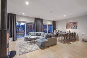 Stuen har god plass til en stor sofakrok, spisemøbler, tv-møbler m.m.