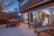 Terrassen har god plass til hagemøbler, grill, solsenger m.m.