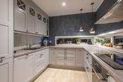 Lekkert kjøkken med god- benke og skapplass - Smarte og gode løsninger.