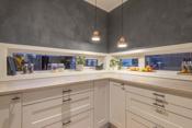 Stilige vinduer på kjøkkenet som gir kjøkkenet et ekstra fint inntrykk.