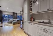 Åpen løsning mellom stue og kjøkken.