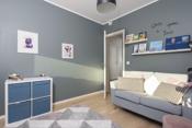 Hyggelig soverom med farger som harmonerer med interiøret.