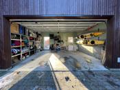 Garasjen har god plass til lagring og praktiske løsninger. Direkte utgang til hage.