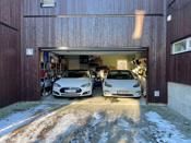 Garasjen har 2 stk. elbil-ladere.