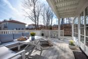Fra stuen er det utgang til stor og fin terrasse med flislagt gulv på støpt dekke.