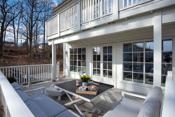 Samle familien på terrassen og nyt utsikten til eikeskogen.