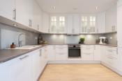 Kjøkkenet er lekkert og moderne med hvit innredning fra danske Aubo.