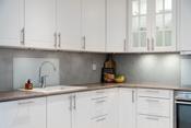Her har man godt med benke- og skapplass samt gode løsninger som gjør det praktisk å være på kjøkkenet.