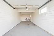 Dyp garasje med plass for 2 biler. I tillegg stort loft med god plass til lagring.