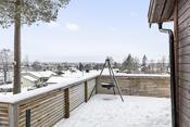 """Flott utsikt. Eiendommen ligger solrikt i koselige og rolige omgivelser med Griniskogen rett i """"bakgården""""."""