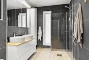 Nytt bad i 2018. Rommet er innredet med baderomsinnredning. Dobbel servant. Speilskap med integrert belysning.