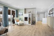 Lys og trivelig stue med pene farger på overflater.