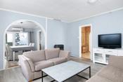 Koselig stue som er nymalt og fått nye gulver