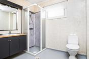 Bad i tilbygget i første etasje med nymalt gulvbelegg og malt innredning