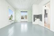 Lys og koselig stue med nymalte gulver, pipe og dobbel dør ut til terrassen