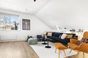 Lys og trivelig stue med pene overflater.