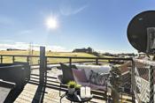 Sydvendt leilighet med nydelige solforhold og fin utsikt utover landskapet.