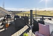 Leiligheten deler balkong i treverk med nabo, og disponerer ca. 10 m2. Praktisk skille med screen mellom balkongene.