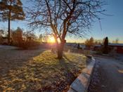 Tomten ligger høyt og fritt i terrenget med flott utsikt over omgivelser. Meget gode sol og lysforhold. Pent opparbeidet med gressplen, kantstein, granittstein og variert beplantning