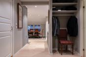 Romslig hall med god garderobeplass