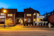 Fasade - Eiendommen ligger sentralt og fint til i et rolig boligområde.