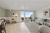 Lys nymalt stue med utgang til veranda
