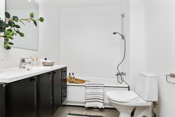 Badet har badekar, baderomsinnredning og wc. Opplegg til vaskemaskin.