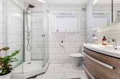 Badet er fra 2017 og utført av firma. Pen baderomsinnredning og installert toalett og dusjkabinett