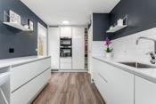 Det er integrert oppvaskmaskin, kombi-ovn, stekeovn med pyrolyse, plate-topp, kjøleskap og fryseskap
