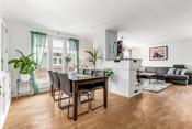 God plass i stuen både til spisestue og dagligstue