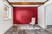 Stue/ soverom i underetasjen med inngang til garderobe/ bod