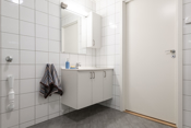 Pent, flislagt bad med gulvvarme