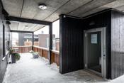 Overbygget inngangsparti og heis - Leiligheten ligger i 2. etasje.
