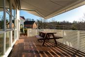 Stor, solrik veranda med praktisk markise