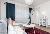 Lys, pen stue med utgang til delvis overbygget veranda