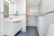 Badet er flislagt med varmekabel i gulv