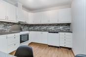 Lys kjøkkeninnredning og godt med skapplass